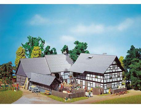 FALLER 130370 Grosser Dreiseit- Hof mit Stallungen H0