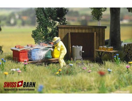 Busch 1179 Imker mit Bienenstöcke in div. Farben. H0