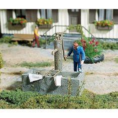 POLA 333212 - 1 Pumpbrunnen mit Wassertrog handbemalt